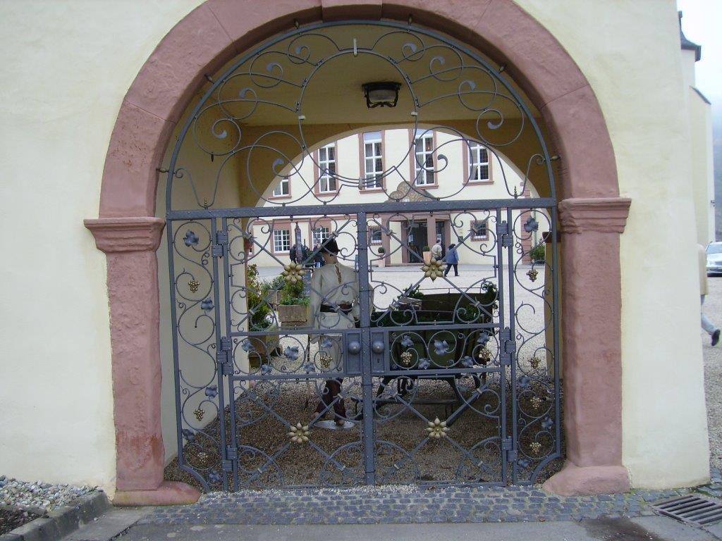 Tor angepasst an Torbogen mit Ranken und farblichen Akzenten - Schmiede und Schlosserei Wegmann aus Heiligenhaus