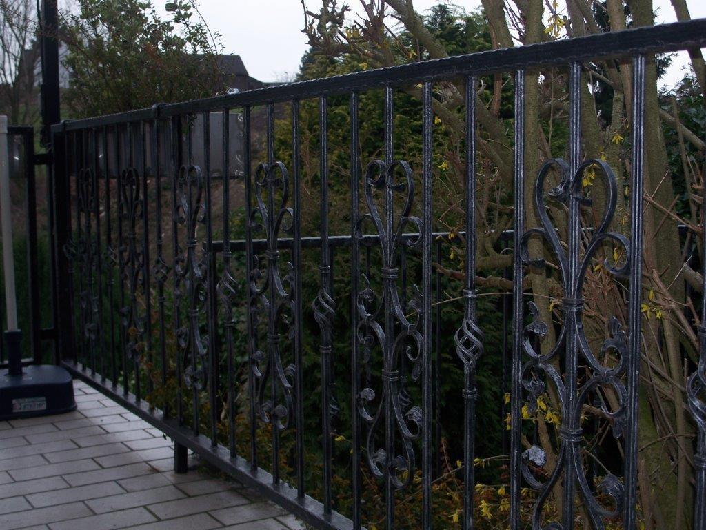 schwarzes Geländer mit Ranken - Schmiede und Schlosserei Wegmann aus Heiligenhaus