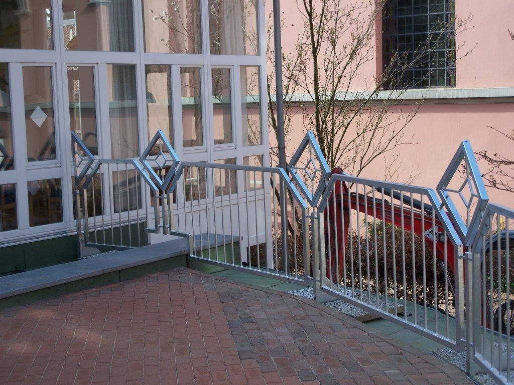Geländer mit verspieltem Design - Schmiede und Schlosserei Wegmann aus Heiligenhaus